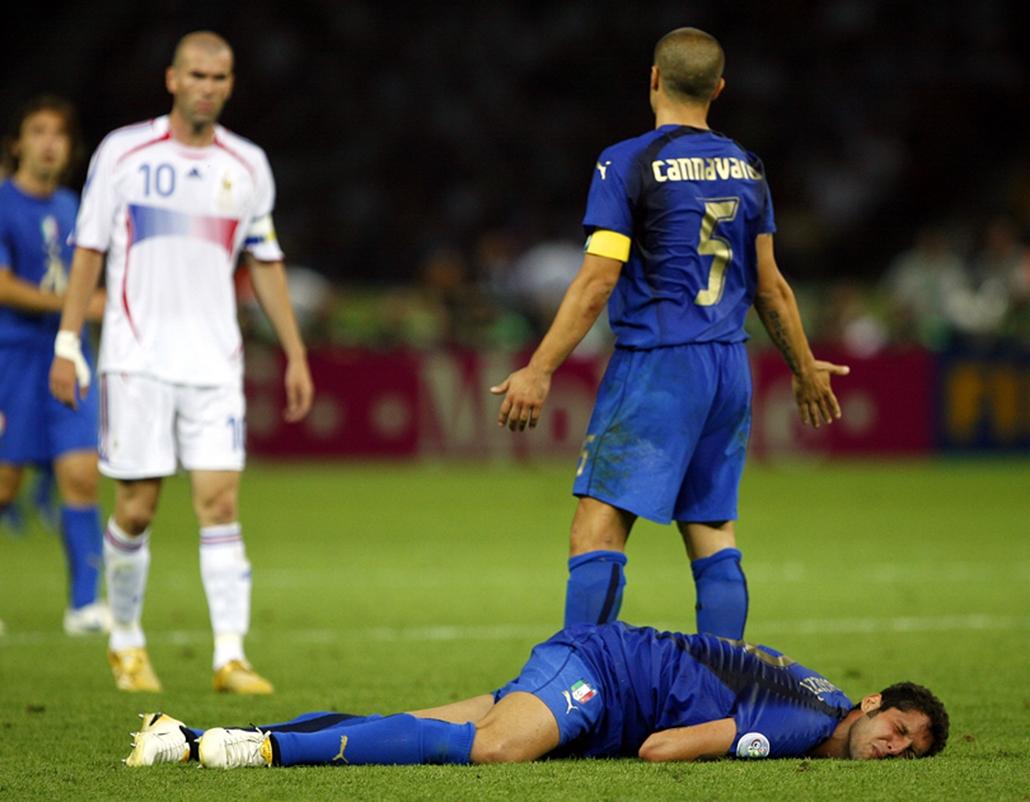 Az olasz Marco Materazzi fekszik a földön, amikor egy beszólása után lefejelte a francia Zinedine Zidane a berlini futball világbajnokságon, 2006. július 9-én. Zidane előre bejelentette, hogy a meccs után befejezi pályafutását.