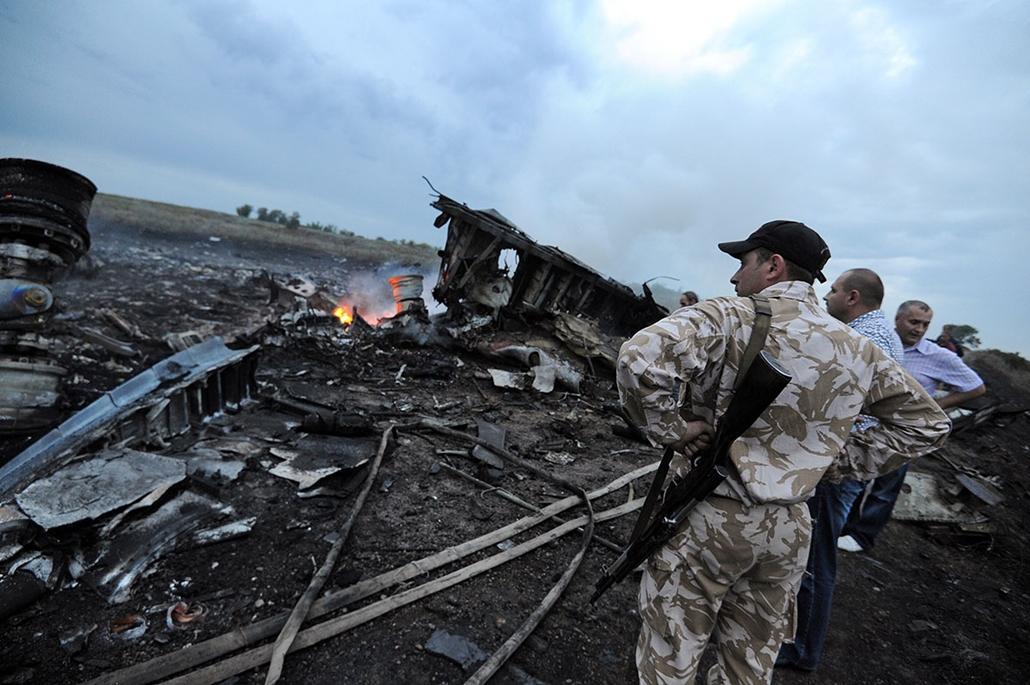 afp.14.07.17. - Shaktarsk, Donyeck, Ukrajna: roncsmentés, tűzoltás a lelőtt repülőgépnél - Malaysia Airlines, lelőtt maláj gép, maláj777