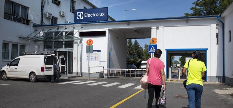 Milliárdokat fizet a kormány, hogy jövőre is legyen hol dolgozniuk az Electrolux kirúgott munkásainak