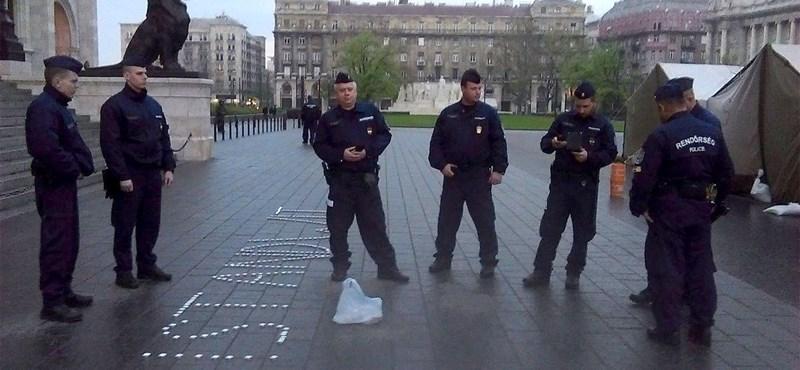 Hét rendőr állta körbe az egyszemélyes tüntetést a Kossuth téren - fotó