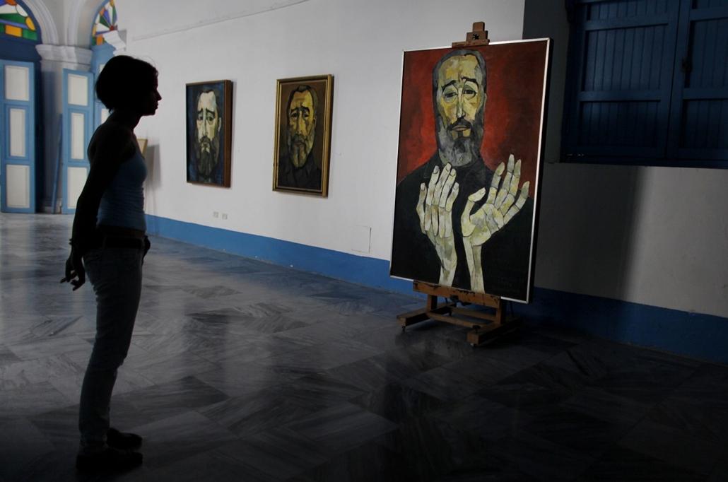 Kuba: látogató nézi Oswaldo Guayasamin Fidel Castro-ról készült festményét.
