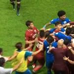 Csépelték egymást a focisták a kínai bajnokságban – videó