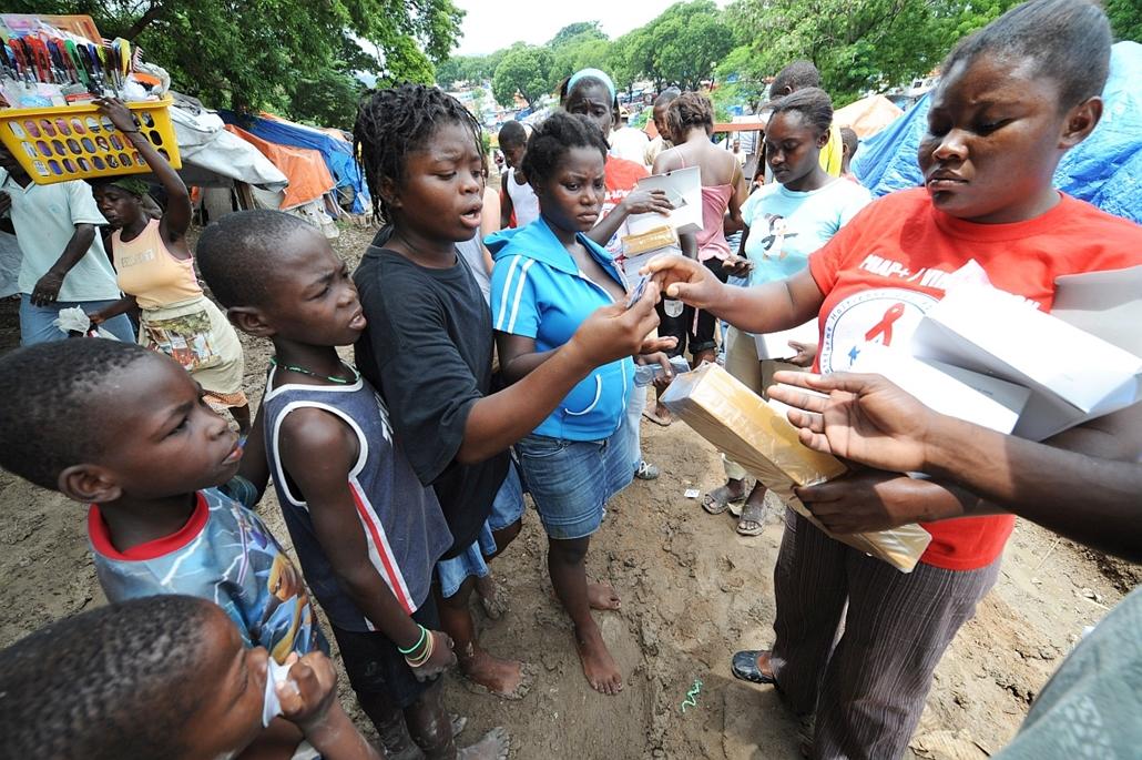 afp.10.05.30. - Port-au-Prince, Haiti: A haiti Stop Aids szervezet akciója keretében osztottak óvszert a lakosoknka. - aids