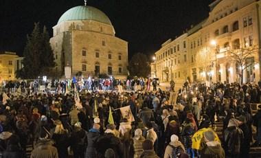 Szombathelyen a Fidesz-székházhoz, Gödöllőn a megdrágult uszodához vonultak a tüntetők