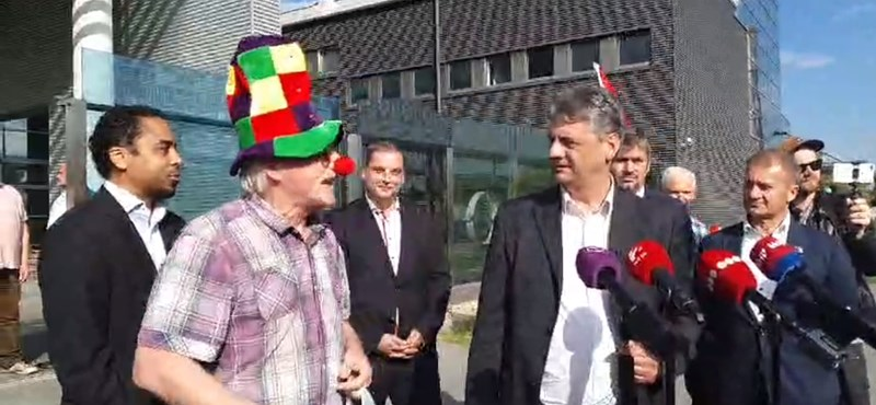 Videó: Bohócruhás férfi zavarta meg az ellenzéki sajtótájékoztatót az MTVA-nál