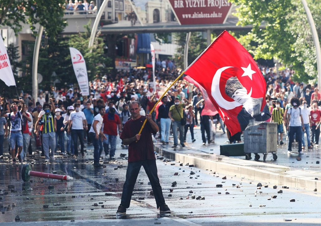20130603002 - Törökországi tüntetések 2013. június - A protestor holds a Turkish flag with a portrait of the founder of modern Turkey Mustafa Kemal Ataturk as he takes part in a demonstration in support of protests in Istanbul and against the Turkish Prim