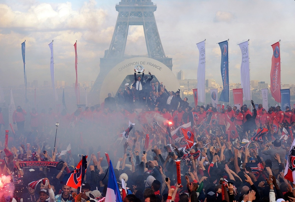 afp. Eiffel-torony 125 éves Nagyítás - FRANCE, Paris : Paris Saint-Germain's players celebrate with their trophy during a parade to celebrate the French L1 football championship title, on May 13, 2013 near the Eiffel tower in Paris .