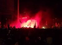 Az MTVA megtagadta Szélék követeléseit, a tömeg mind feszültebb, a rendőrök ismét bevetették a könnygázt - ÉLŐ