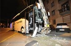 Oszlopnak csapódott egy turistabusz Budapesten
