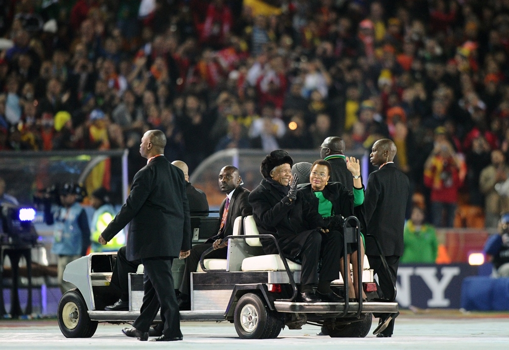 Nelson Mandela nagyítás - SOUTH AFRICA, Johannesburg : South Africa's former President Nelson Mandela (centre L) and his wife Graca Machel wave on their arrival after closing ceremony of the 2010 World Cup just before the football final between The Nether