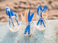 Viszlát műanyag: metánból, mikróbák segítségével készítettek evőeszközöket és szívószálakat