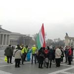 Elindultak a tüntetők az Andrássy úton