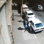 Ilyen, amikor lerúgják az autófeltörőt – videó