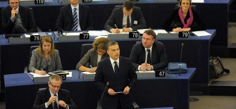 A hét, amikor Orbánék meghajoltak a faltól