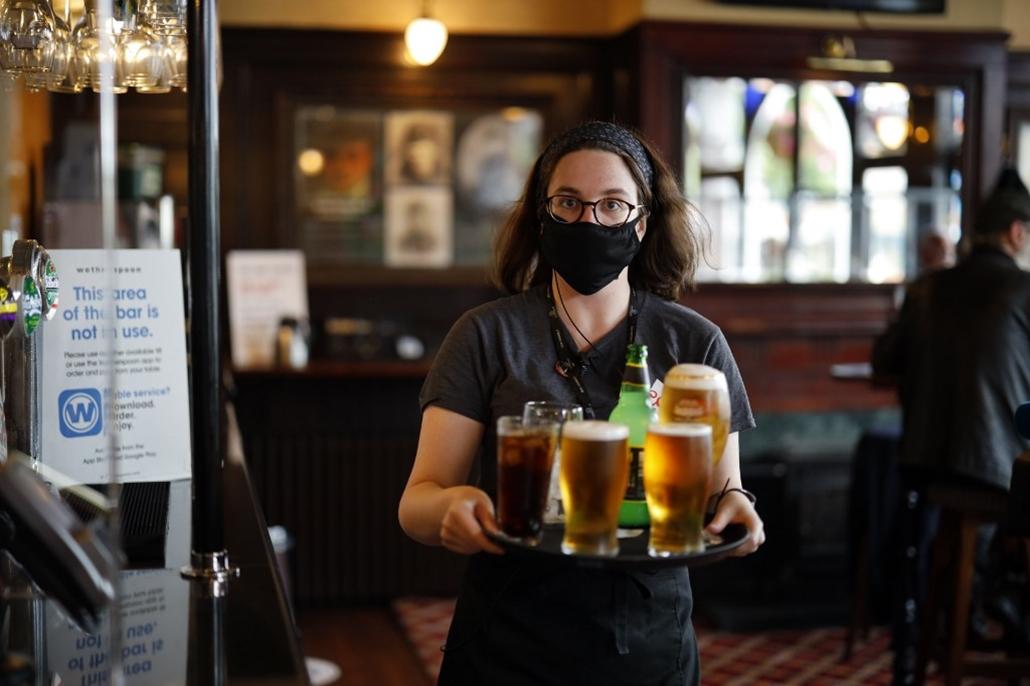 London pub újranyitás koronavírus