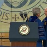 Botrány a diplomaosztón: így reagáltak a hallgató, amikor az alelnök megjelent