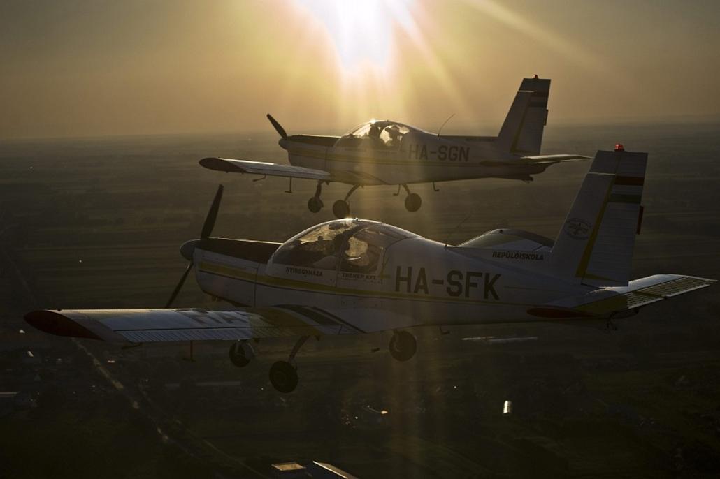 Z-142-es repülőgépek repülnek kötelékben Nyíregyháza fölött a 10. FAI World Advanced Motoros Műrepülő-világbajnokságon