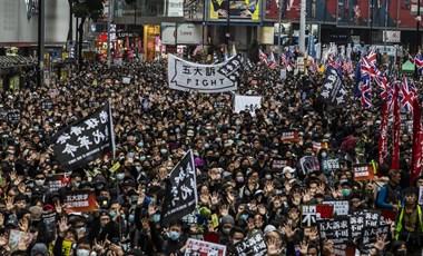 Tüntetők százait vették őrizetbe Hongkongban