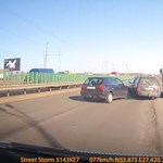 Egy dolgot felejtett el a sofőr, pont abból lett baleset – videó