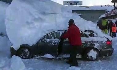 Ausztriában kétméteres hósapkát viselnek az autók – videó