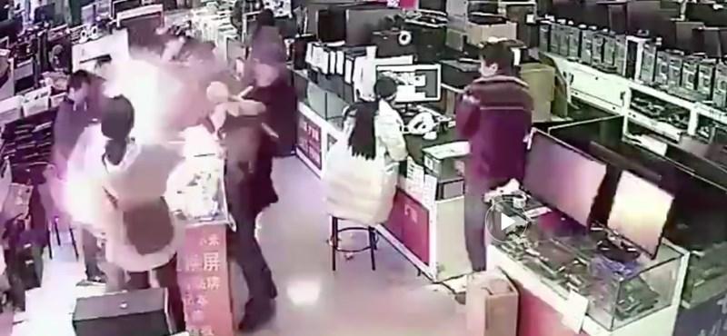 Megharapta az iPhone akkumulátorát, az arcába robbant az egész – videó