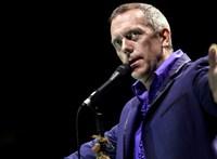 Hugh Laurie leült a zongorához a karanténban, és milyen jól tette