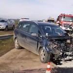 120-szal ment a vonat, amikor nekihajtott egy autó Vassuránynál