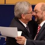 Fotók: gyengéd ölelést kapott Juncker az EP elnökétől