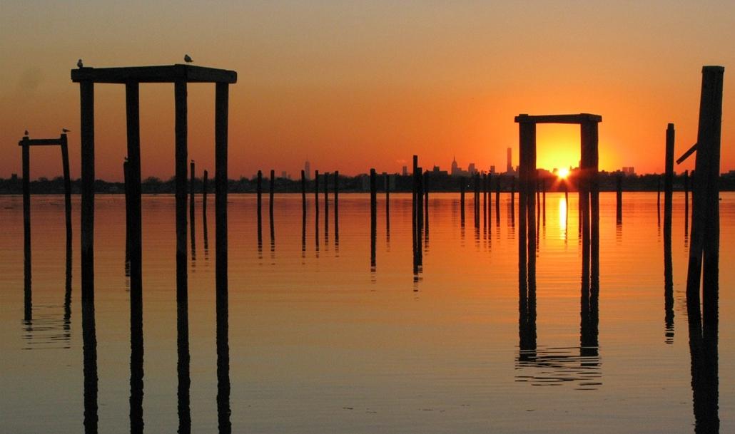 afp. hét képei - 2014.12.15. New York, Egyesült Államok, The waters of Eastchester Bay as the sun sets behind Manhattan December 15, 2014 in New York