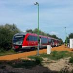 Vége lehet a nyári balatoni rémálomnak: sűrítik a vonatokat