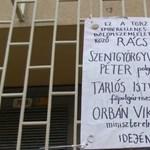 """""""Vidd a kurva rácsot!"""" – Szokatlan performansszal tiltakoztak ma a Belvárosban"""
