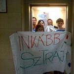 Elkezdődött a sztrájk az ELTE-n: eltorlaszolták a lifteket