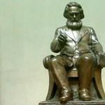 Seres: Marx halott és élvezi