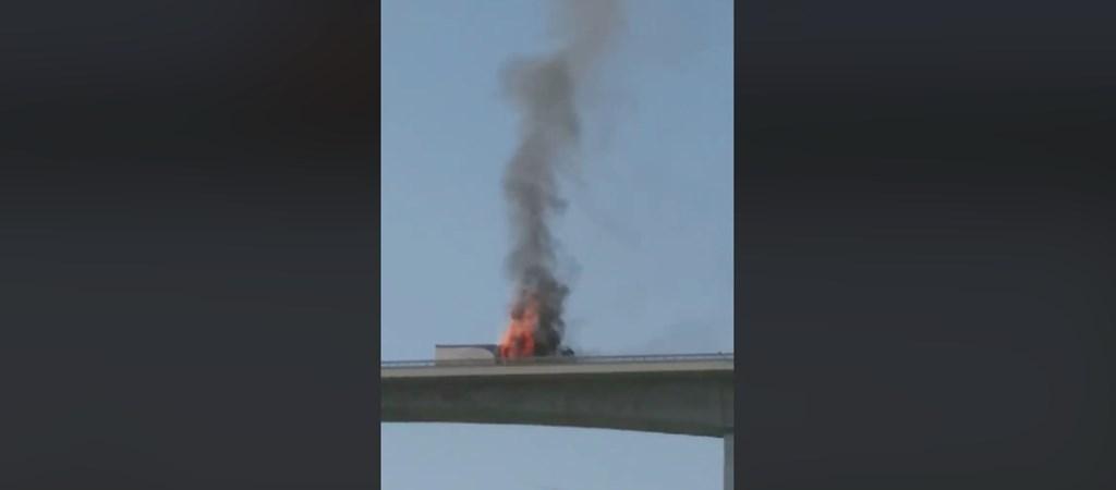 Így égett egy teherautó a Kőröshegyi völgyhídon – videó