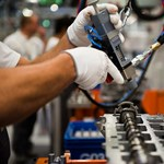 Bajban a gyárak, száz dolgozóból negyven hamar elmenekül a munkahelyéről