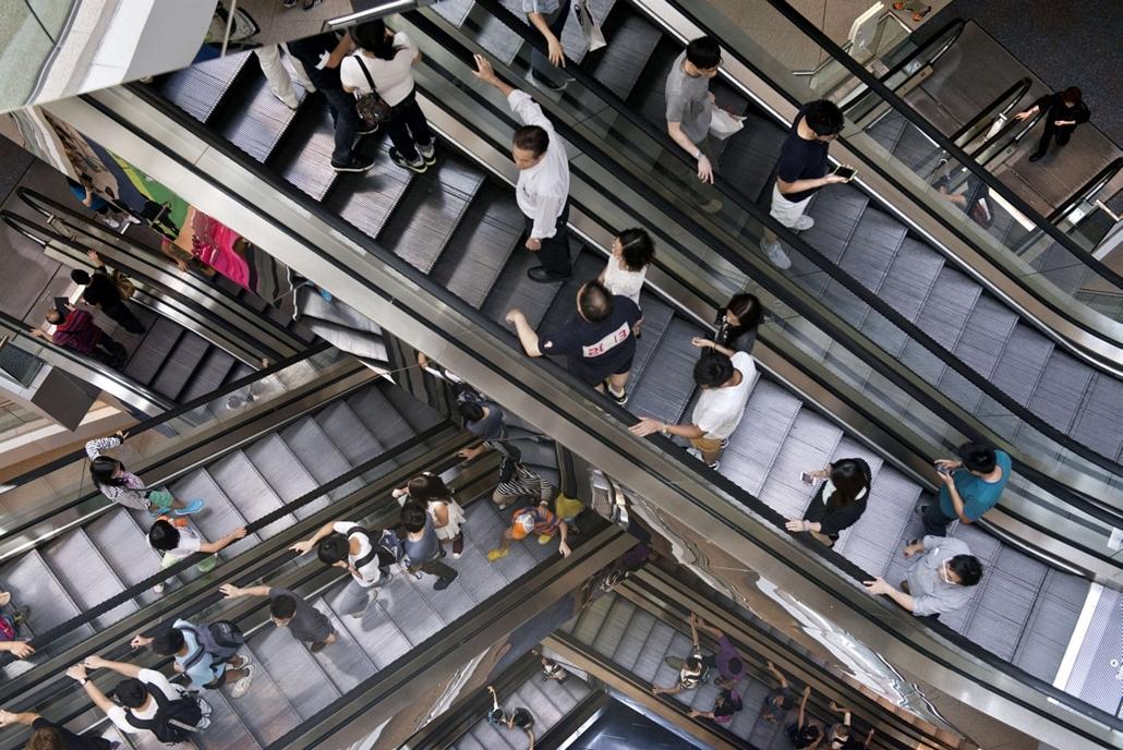 afp.14.07.20. - Hongkong, Kína: látogatók egy bevásárlóközpontban - 7képei, mozgólépcső