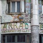 Megfigyelte már ezeket a káprázatos Zsolnay-porcelán-borításokat a pesti házakon?