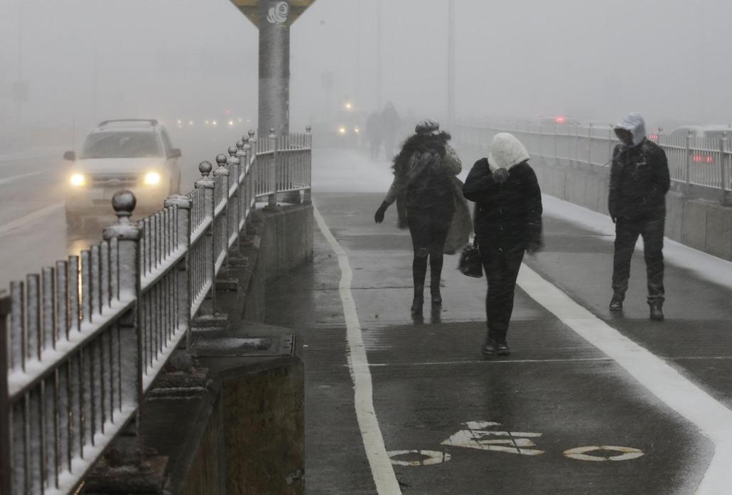 !! AP !!! 19.02.28ig! mti.19.01.31. Hóviharban gyalogosok a New York-i Brooklyn hídon 2019. január 30-án, amikor az Egyesült Államok északi és középnyugati államaiba betörő sarkvidéki hideghullám az észak-keleti partvidék felé mozog.