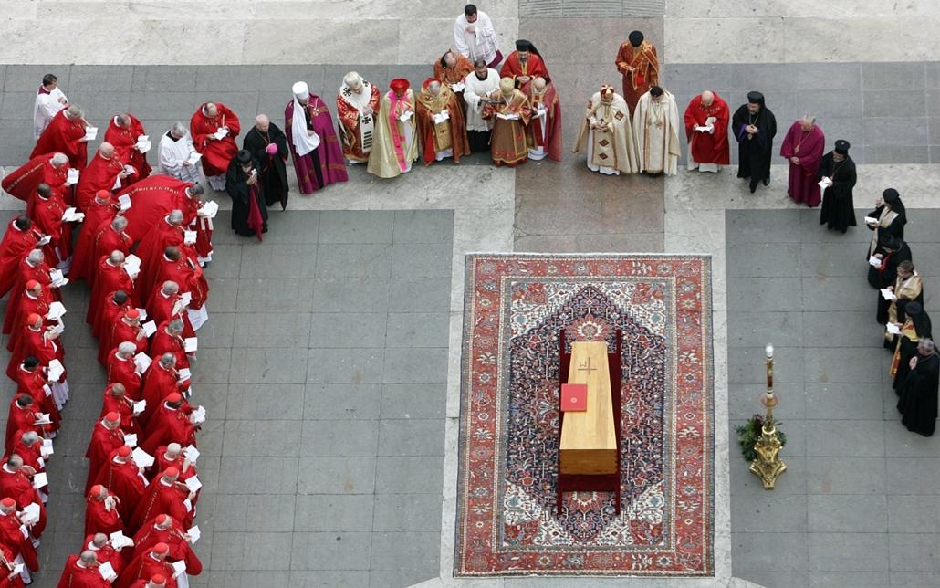 afp.05.04.04. - Vatikán: a szentatya temetése - testét a Szent  Péter bazilikából szállították - ,II. János Pál pápa
