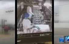 Videó: A hentessegéd a futószalagra vizelt, 23 tonna sertéshúst kellett megsemmisíteni