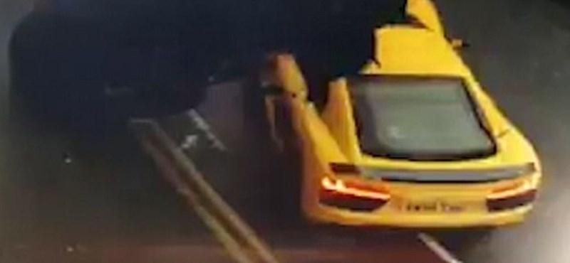 Videó: 40 milliós Audi R8 csapódott be egy családi autó alá