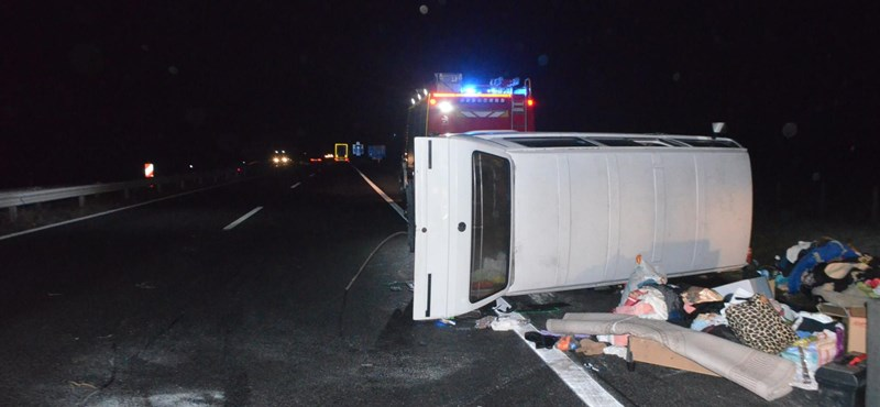 Egy ráfutásos baleset is csúnya véget érhet – fotók jöttek az M1-esen történt hajnali balesetről