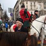 Fáklyákkal és fehér lóval emlékeztek Horthyra Budapesten