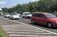 Új ötlet a nyári dugók ellen: az M7-es leállósávján is autózhatnánk