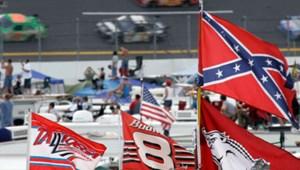 Betiltották a Konföderáció zászlóit a legnépszerűbb amerikai autóversenyeken
