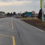 Pikk-pakk eltiltott a rendőrség a vezetéstől egy szlovák sofőrt, aki záróvonalon előzött