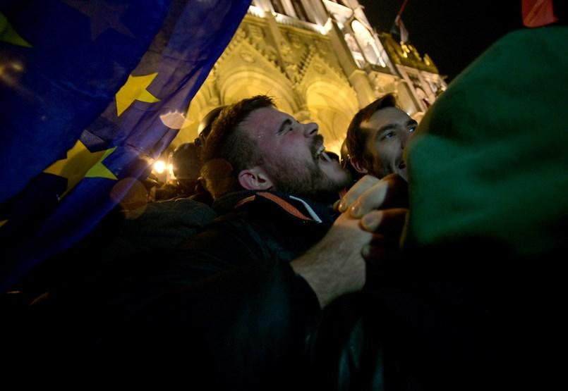 Könnygázzal fújják a rendőrök a Parlament előtt tüntetőket- ÉLŐ