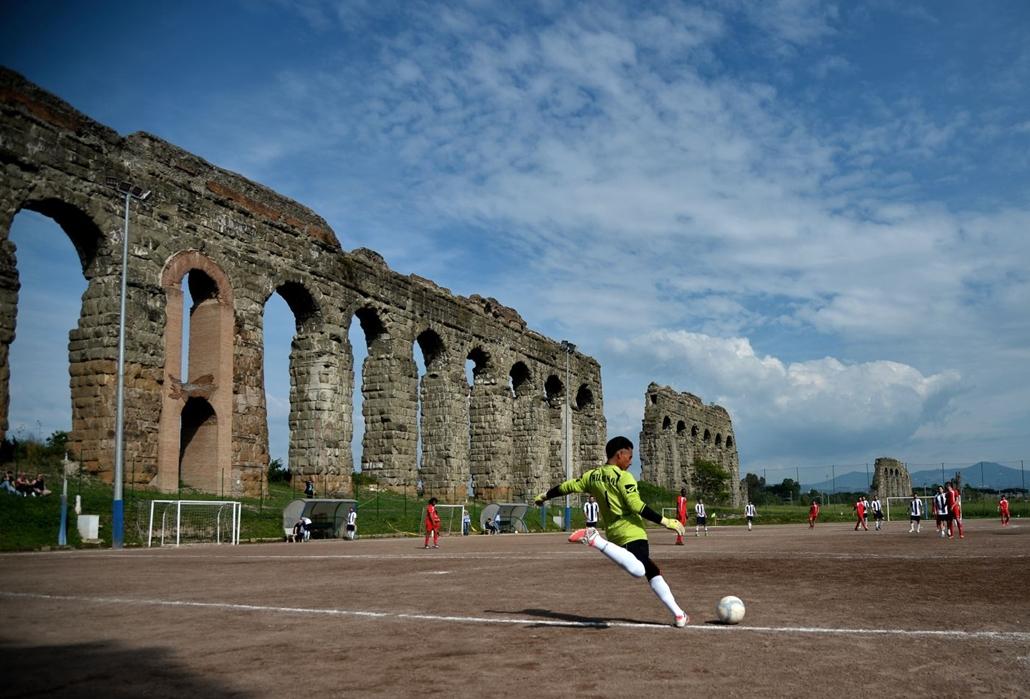 afp.16.05.08. - Olasz harmadosztályú meccs a Campo Gerini pályán a római kori Felice vízvezeték mellett