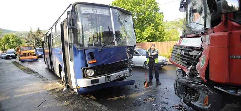 Kukásautóval csattant az 57-es busz, durván összetört mindkettő – fotók