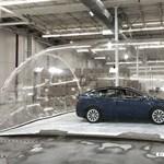 Ezzel a furcsa módszerrel teszteli a Tesla a Model X egyik legérdekesebb funkcióját